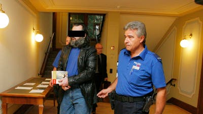 Auftakt zum Prozess in Weinfelden: Zwei Polizisten führen den Beschuldigten Mike A. in den Gerichtssaal. (Bild: Donato Caspari(September 2020))