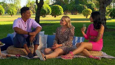 Beim gemeinsamen Picknick tauschen sich der Bachelor Alan Wey und seine beiden Auserwählten Fabienne und Francesca über die perfekte Beziehung aus. (Bild: Screenshot 3+)