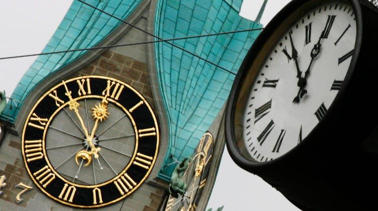 Jährliches Ritual: In der Nacht auf Sonntag werden die Uhren wieder um eine Stunde vorgestellt. (Keystone)