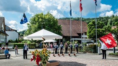 Alphornkläne und Fahnenschwinger in Spreitenbach. (Philippe Neidhart)