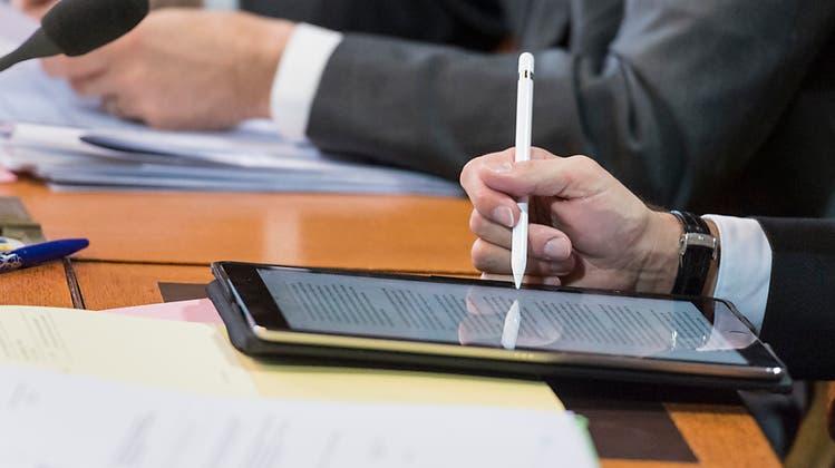 Tablet statt Papier: Auch der Parlamentsbetrieb soll digitaler werden. Ziel ist es, den Papierverbrauch zu verringern. (Keystone)