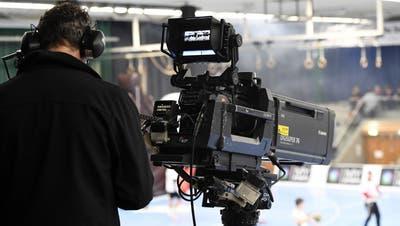 Ein Bild, das es so in der neuen Saison vorläufig nicht mehr zu sehen geben wird: «MySports»-Kameramann in der Schachenhalle. (Alexander Wagner)