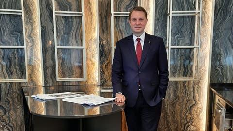 General Manager Andreas Magnus in der noch unfertigen Bar des Hotels Kempinski Palace. (Bild: Philipp Unterschütz(Engelberg, 21. Dezember 2020))