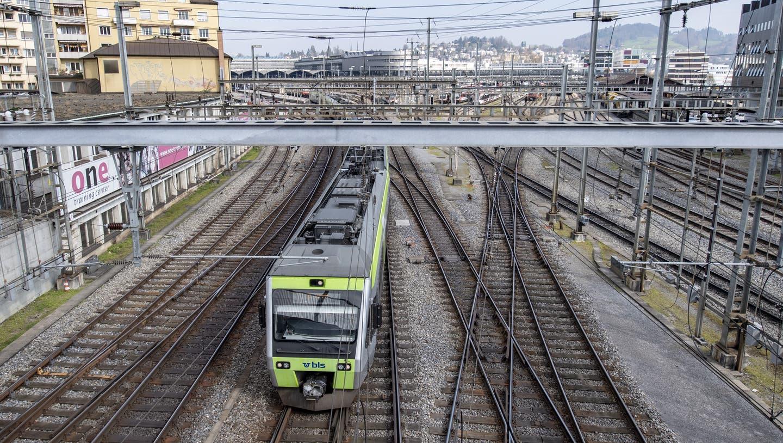 Die Züge der BLS beförderten im vergangenen Jahr ein Viertel weniger Fahrgäste als noch 2019. (Archivbild) (Keystone)