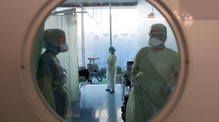 Die Schweiz ist für Mediziner aus der EU attraktiv. Nun erhalten die Kantone mehr Instrumente, um deren Zulassung zu steuern. (Symbolbild) (Keystone)