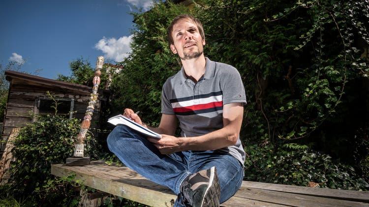 Adrian Bodenmann im Garten seines Elternhauses in Erlen. (Bild: Andrea Stalder)