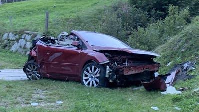 Cabriolet stürzt 35 Meter den Hang hinunter: Ein Toter, zwei Verletzte