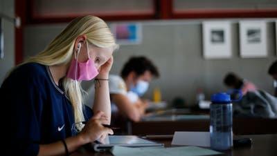 Die ZHAW-Studierenden müssen im neuen Semester, genau wie die Schülerin im Bild, eine Schutzmaske in allen Innenräumen tragen. (Bild: Stefan Kaiser)