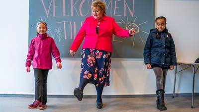 Norwegens Ministerpräsidentin Erna Solberg (Mitte) zeigte im April 2020 Schülerinnen in Oslo die corona-konforme Begrüssung. (Keystone)