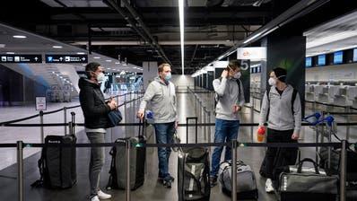 Die Schweizer Handball-Nationalmannschaft am Donnerstagmorgen am Flughafen in Zürich. (Claudio Thoma / freshfocus)