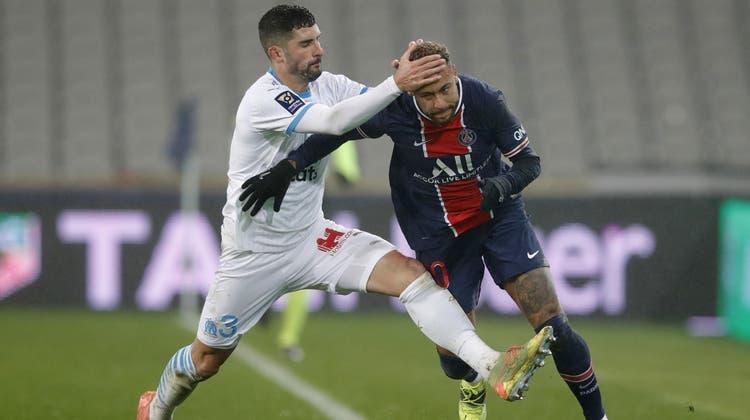 Marseille-VerteidigerGonzález mit einem rüden Foul gegen PSG-Superstar Neymar im französischen Supercup. (Keystone)