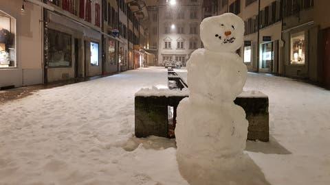 Kaum das Büro verlassen, wurden die Aarauer am Donnerstagabend zu Schnee-Rodins, schmückten ihre Altstadt mit einem Dutzend Schneemännern. (Nadja Rohner / Aargauer Zeitung)