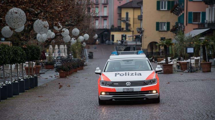 Die Tessiner Kantonspolizei hat einer der Tankstellenräuber von Brusino Arsizio in Gewahrsam. (Keystone)