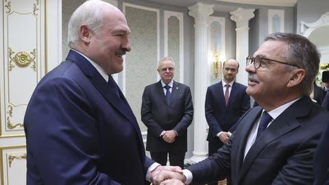 Das Treffen zwischen René Fasel und dem Präsidenten Alexander Lukashenko bringt den internationalen Eishockeyverband mit dazu, die WM letztlich Weissrussland zu entziehen. (Nikolai Petrov / AP)