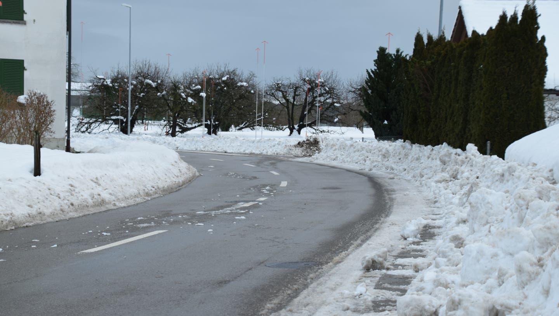 Rechts sollte ein Trottoir sein. Es ist Teil des Schulwegs in Salmsach. Derzeit ist das Trottoir jedoch von Schneemassen überlagert. Die Schulkinder müssen auf der Strasse laufen. (Bild: Annina Flaig)