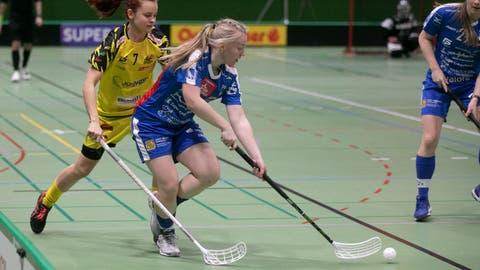 Zugs Eliska Trojankova (am Ball) macht dank einer guten Leistung auf sich aufmerksam. (Bild: Matthias Jurt (Zug, 9. Januar 2021))