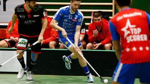 Zugs Verteidiger Luca Graf (am Ball) schüttelt Thuns Luca Feiner ab. (Bild: Stefan Kaiser (Zug, 16. Januar 2021))