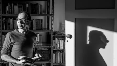 Hat die Liebe zu Büchern schon in Kinderjahren entdeckt: Walter Eckstein in seinem Zuhause in Wolhusen. (Bild: Nadia Schärli (9. Januar 2021))