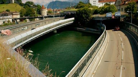 Über die Reuss verläuft die A2 auf 80 Metern offen. (maps.admin.ch)