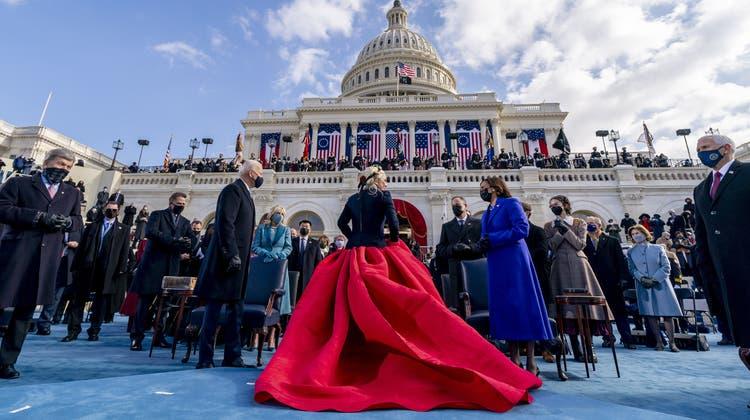 Königlicher Auftritt: Lady Gaga sang die Nationalhymne (Bild:Andrew Harnik/EPA)