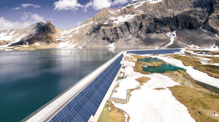 So soll die Solaranlage an der Glarner Muttsee-Staumauer aussehen, wie dieser Visualisierung der Axpo zeigt. (Axpo)
