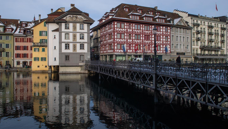 Das denkmalgeschützte Sonnenberghaus im Zöpfli (auf der linken Seite der Reussbrücke). (Bild: Boris Bürgisser (Luzern, 20. Januar 2021))