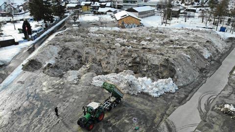Das Schneedepot, fotografiert am Donnerstagmorgen, wird immer gigantischer. Es ist hinten etwa 90 Meter breit und wächst inzwischen auf beiden Seiten rund 50 bzw. 60 Meter nach vorne zu einem Dreieck. (ild: Heini Schwendener)