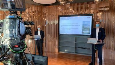 An der Medienkonferenz informierten Karl Kobelt (links) und André Wicky über die neue App. (Bild: Stadt Zug/PD)