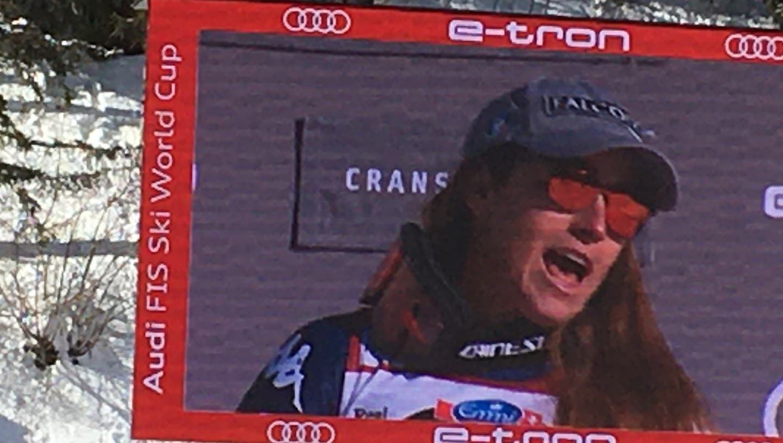 Sofia Goggia ist im Zielgelände auf dem grossen Bildschirm beim Singen der Nationalhymne zu sehen. (zvg)