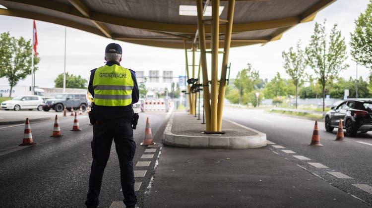 Grenzwächter am Autobahn-Zoll. (Bild: Gian Ehrenzeller / Keystone (Kreuzlingen, 15. Juni 2020))