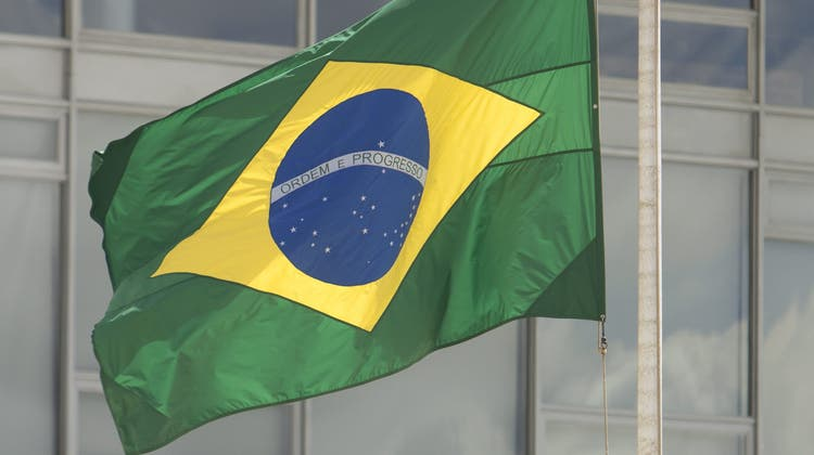 epa05652188 The Brazil flag flies at half-mast, in the Palacio de Planalto in Brasilia, Brazil, on 29 November 2016. Temer delivered remarks on the plane carrying members of the Brazilian soccer team Chapecoense team which crashed on approach to Medellin, Colombia on 28 November. Temer expressed his solidarity with the team and the dozens of families affected by the tragedy, and promised the government would do everything within its reach to help relieve their pain. The president declared three days of national mourning.  EPA/Joedson Alves (Joedson Alves / EPA)