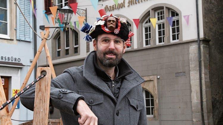Zunftmeister David Giess trägt auf dem Käppi eine Miniaturfigur seiner Larve. (Bild: Peter Schütz)