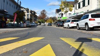 So wird die Wattwiler Bahnhofstrasse mit Blick vom Kreisel in Richtung Postbrücke nicht mehr lange aussehen. (Archivbild: Ruben Schönenberger)