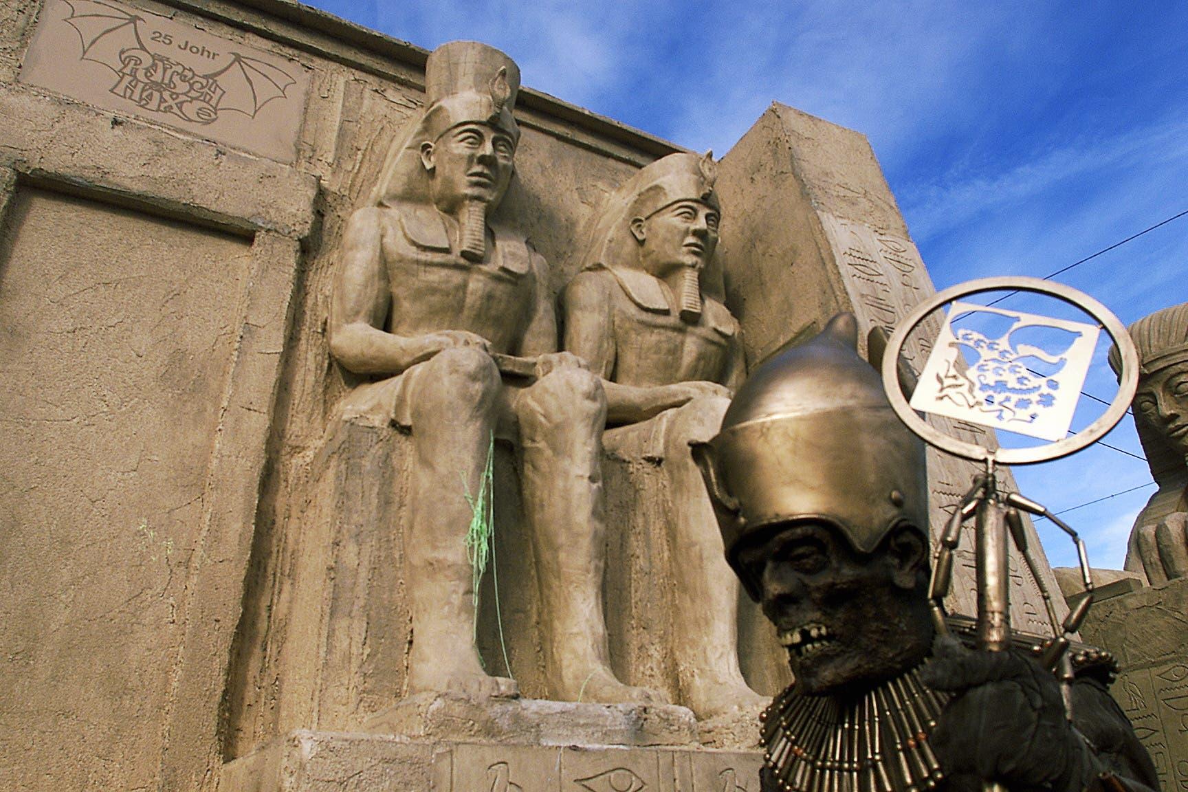 Die Rätsch-Häxe mit ihrem gigantischen ägyptischen Tempel mit wandelnden Mumien am Weyumzug 2002.