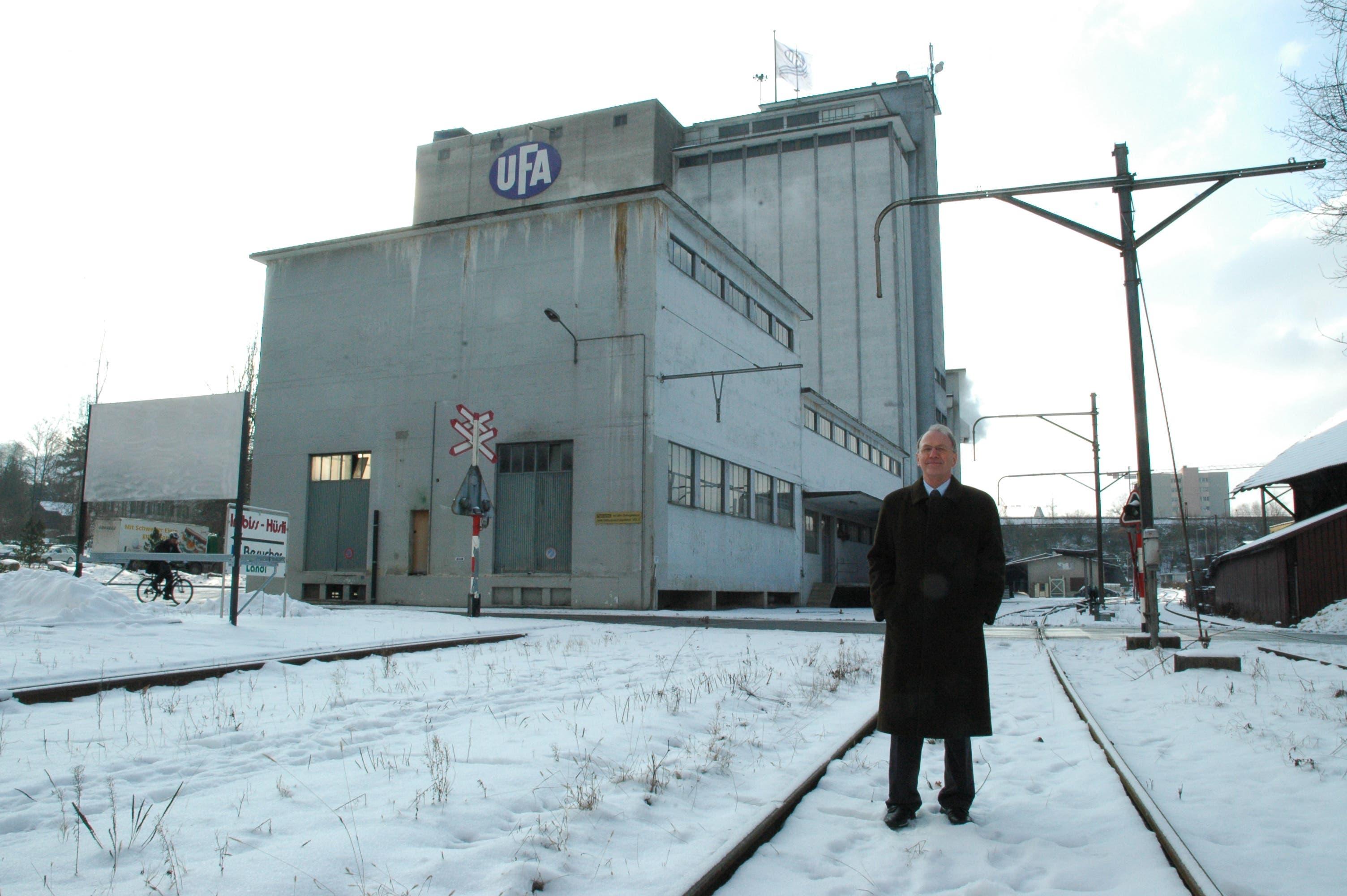 Ein zufriedener Lenzburger Stadtammann Rolf Bachmann auf dem Trassee vor den Silos am 26. Januar 2005.