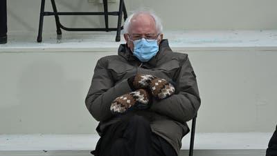 «Grumpy chic»: Der Hype um Bernie Sanders Outfit – insbesondere die Fäustlinge –reisst nicht ab. (Brendan Smialowski / AFP)