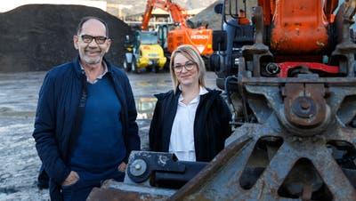 Urs Niklaus und seine Nachfolgerin Carole Fluri im Werkhof in Bellach. (Hanspeter Bärtschi)