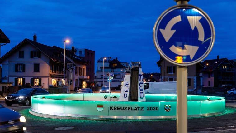 Leuchtender Kreiselschmuck beim Kreuzplatz in Derendingen. (Hanspeter Bärtschi)