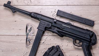 Weil sie eine Soft Air Gun gestohlen haben und sie verkaufen wollten, haben die drei Tatverdächtigen gegen das Waffengesetz verstossen. (Symbolbild: Imago Images)