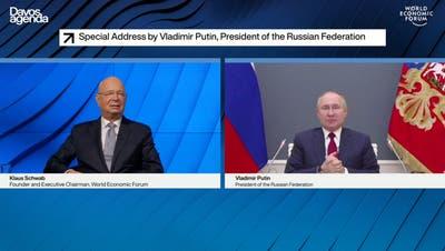 Per Videoschalte von Moskau in die Welt: Russlands Präsident Wladimir Putin (r) im Gespräch mit Wef-Gründer Klaus Schwab. (Pascal Bitz / World Economic Forum)