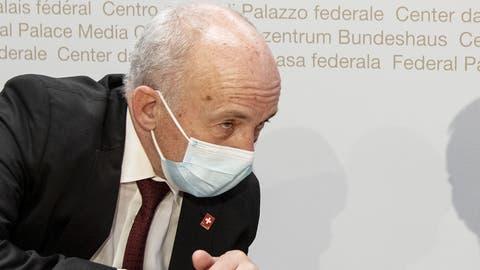 Ueli Maurer an der Pressekonferenz zu den neuen Wirtschaftshilfen. (Peter Schneider / KEYSTONE)