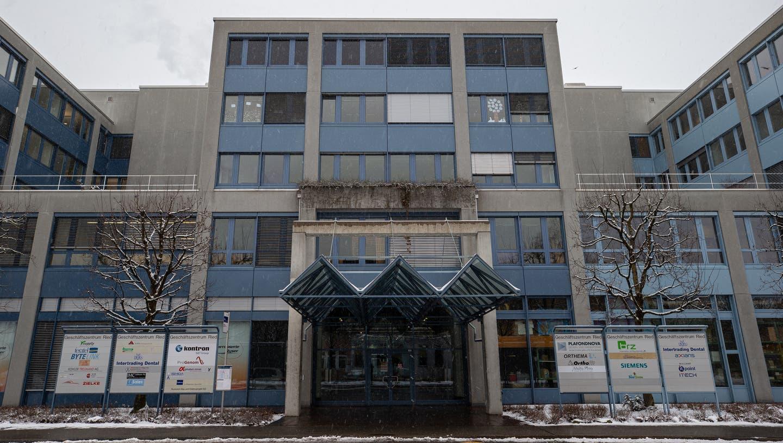 In diesem Gebäude an der Riedstrasse 1 sollen die Zimmer entstehen. (Bild: Stefan Kaiser (Rotkreuz, 27. Januar 2021))