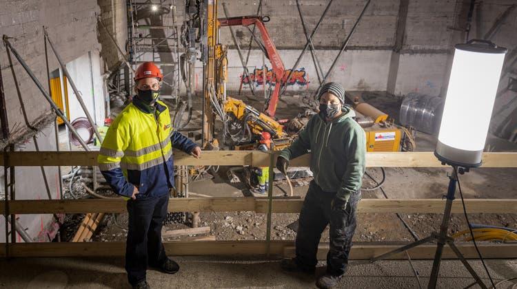 Das Kino Rex in Wohlen wird mit schweren Maschinen umgebaut. Es sollen drei Säle und Wohnungen entstehen. Bauleiter Thomas Hodel (links) und Inhaber Sascha Heubacher zeigen die Baustelle. (Chris Iseli (21. Januar 2021))