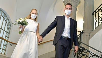 Die Maskenpflicht gilt momentan in der ganzen Schweiz sogar für das Brautpaar. Ausser bei der Identifikation und dem Jawort (Symbolbild). (Bild: Shutterstock)