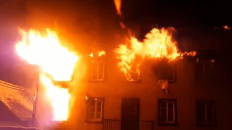 Die Feuerwehr Altdorf bei den Löscharbeiten (Bild: Florian Arnold)