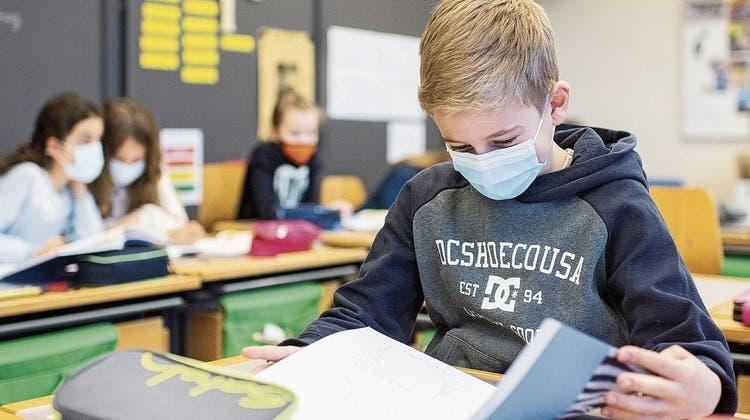 Kinder mit Atemschutzmasken im Unterricht im Schulhaus Fluntern (Keystone (Zürich, 25. Januar 2021))