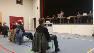 Bözens Vizeammann Roger Frey erklärt den Stimmberechtigten, warum der Gemeinderat die Elektra an die AEW Energie AG verkaufen will. (Claudia Meier)