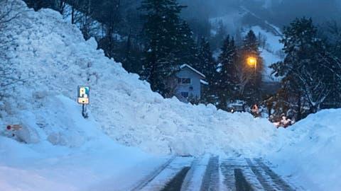 Zwischen Seedorf und Isleten hat eine Lawine die Kantonsstrasse verschüttet. (Bild: Baudirektion Uri)