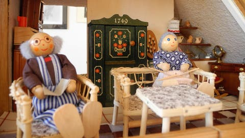 In der Puppenhauswelt ist noch alles beim Alten: Die Frau strickt, der Mann liest Zeitung. (Symbolbild: Clara Dos Santos Buser)