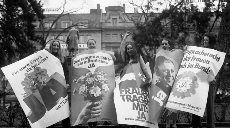 Befürworterinnen des Frauenstimmrechts posieren im Vorfeld der nationalen Abstimmung vom 7. Februar 1971 zum Frauenstimmrecht auf Bundesebene mit Ja-Plakaten in Zürich. (Str / KEYSTONE)